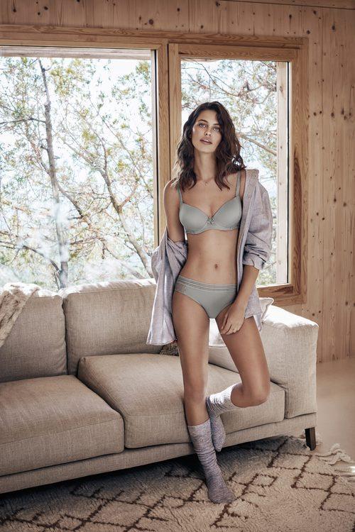 Conjunto de ropa interior gris de la colección 'The New Underwear Collection' de Promise
