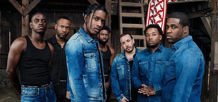 Varios cantantes de hip-hop posando con prendas denim de la campaña 'Our Family. #MYCALVINS.'