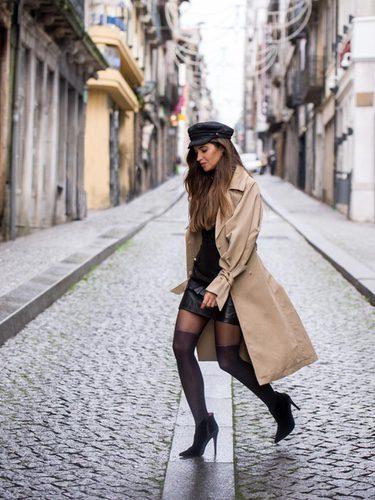 Sara Carbonero con un street style con gabardina camel larga