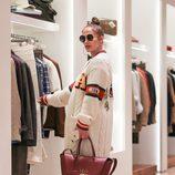 Jennifer Lopez de compras navideñas en Los Ángeles con un cárdigan de Gucci