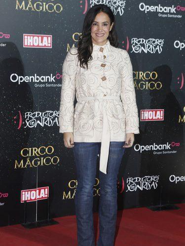Begoña Villacís con chaqueta blanca en la presentación del circo mágico de Madrid
