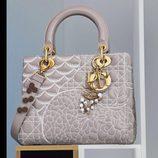 Bolso gris diseñado por David Wiseman de la colección 'Lady Dior Art' de la firma de lujo Dior