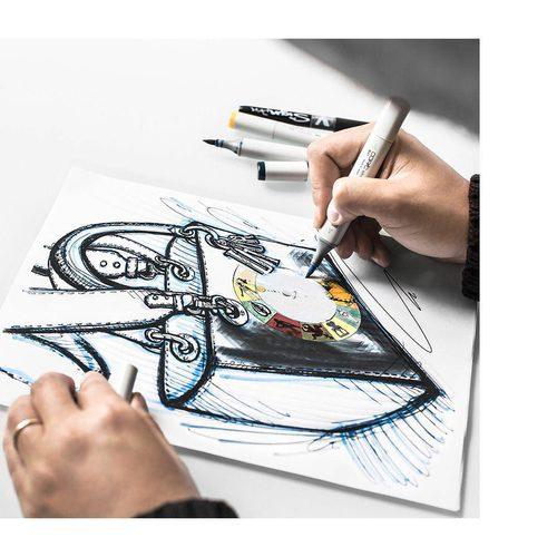Maria Grazia Chiuri diseñando el bolso 'wheel of fortune' de Dior