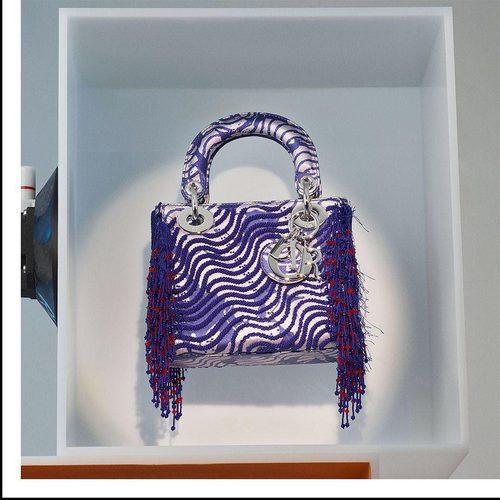 Bolso morado diseñado por Jamilla Okubo de la colección 'Lady Dior Art' de Dior