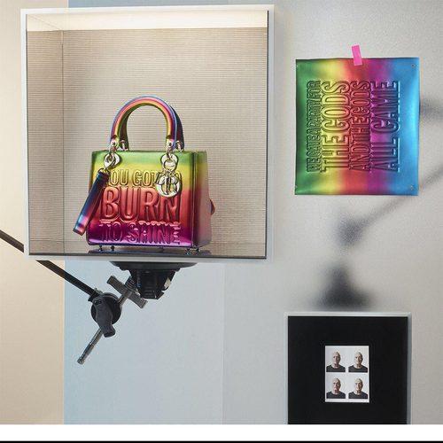 Bolso inspirado en el arcoíris de John Giorno de la colección 'Lady Dior Art' de Dior