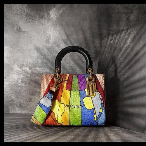 Bolso multicolor diseñado por Maria Grazia Chiuri de Dior