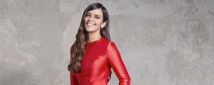 Cristina Pedroche con un vestido rojo abotonado en las Campanadas 2017