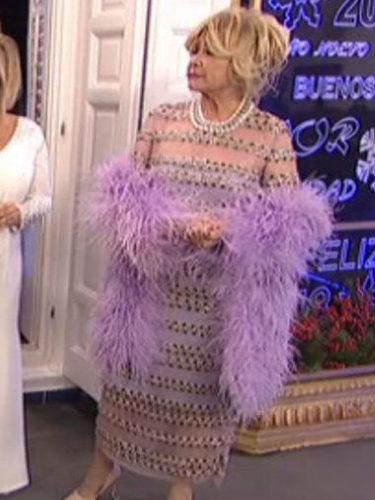 Mila Ximénez da las Campanadas de Mediaset con un vestido malva de Juan Duyos