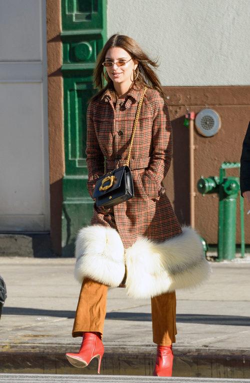 Emily Ratajkowski por las calles de Nueva York con un bolso de Prada