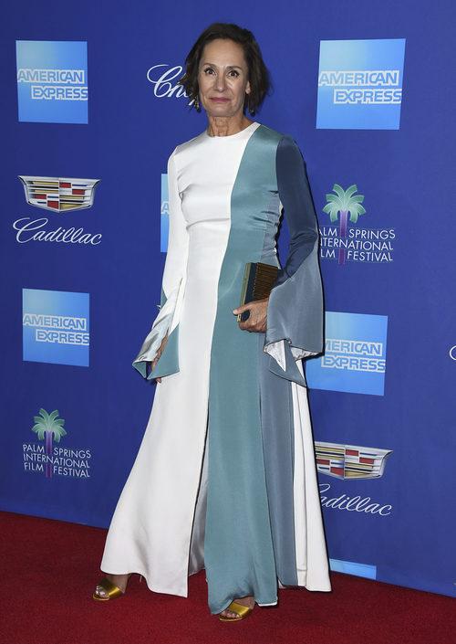 Laurie Metcalf con un vestido en tonos fríos para el Festival de Palm Springs