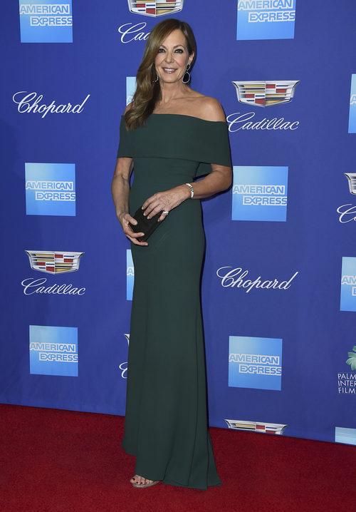 Allison Janney radiante en un vestido esmeralda en el Festival de Palm Springs