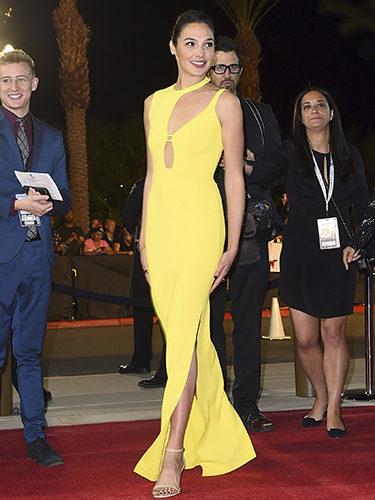 Gal Gadot sorprende con un vestido amarillo en el Festival de Palm Springs