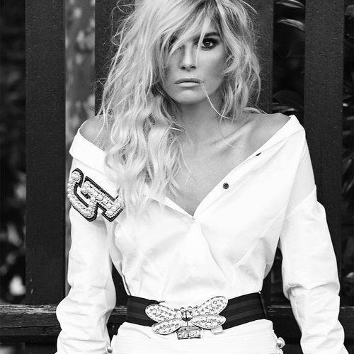 Cristina Tosio con vestido blanco de Guts & Love de la colección otoño/invierno 2018
