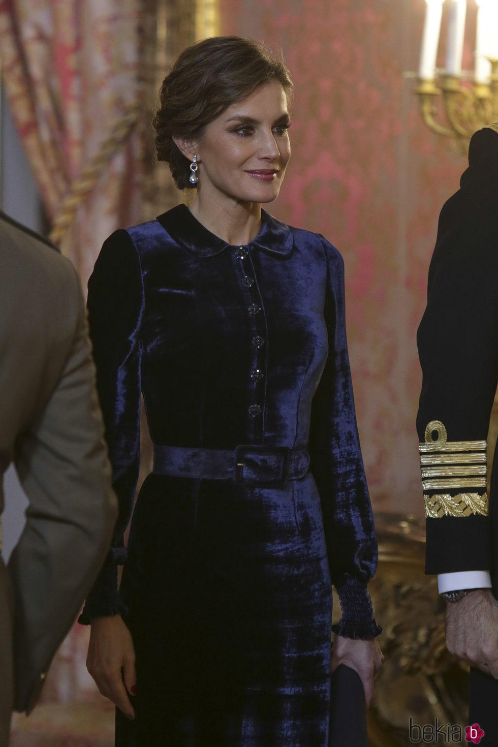 La Reina Letizia con un traje de terciopelo en la Pascua Militar 2018