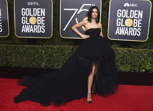 Kendall Jenner de Giambattista Valli en los Globos de Oro 2018