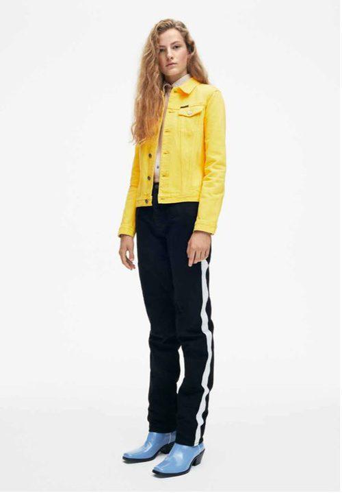 Chaqueta amarilla y pantalones negros de Calvin Klein de la colección primavera jeans 2018