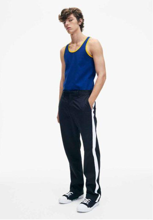 Camiseta de tirantes y pantalones negros de Calvin Klein de la colección primavera jeans 2018