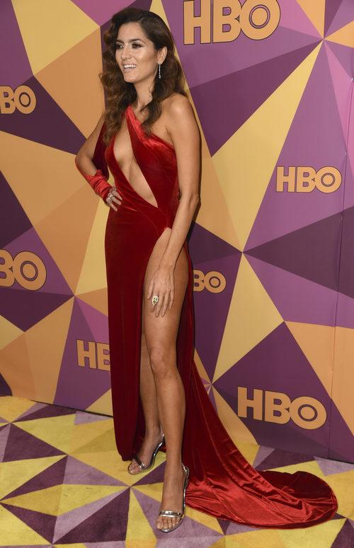 Blanca Blanco con vestido rojo de terciopelo en los Globos de Oro 2018