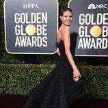 Heidi Klum con vestido negro de Ashi Studio en los Globos de Oro 2018