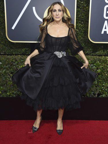 Sarah Jessica Parker con vestido negro de Dolce&Gabbana en los Globos de Oro 2018