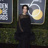 Angelina Jolie con vestido de Atelier Versace en los Globos de Oro 2018