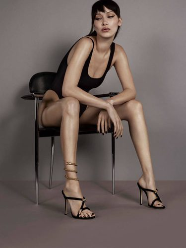 Bella Hadid posando con sandalias minimalistas de Giuseppe Zanotti