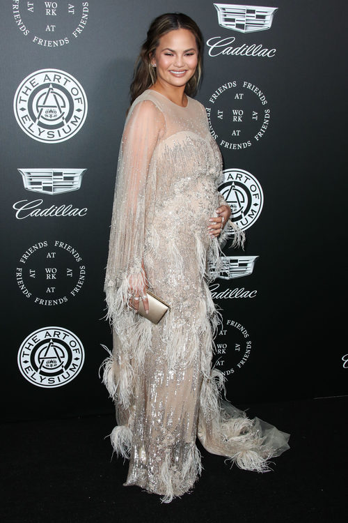 Chrissy Teigen luciendo look premamá de Pamella Roland en la gala TAOE Heaven 2018