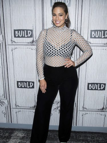 Ashley Graham con top de rejilla para hablar de la nueva temporada de 'America's Next Top Model'