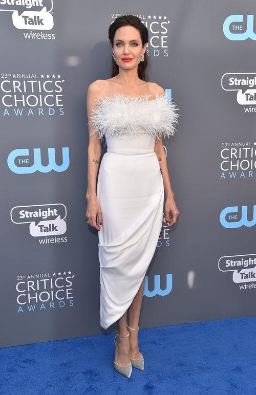 Angelina Jolie con vestido blanco de Ralph & Russo en los Critics' Choice Awards 2018