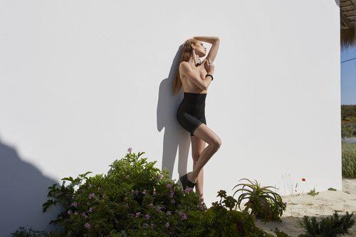 Prenda reductora de color negro de la colección Primavera/Verano 2018 de Ysabel Mora