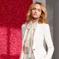 Amber Valleta con traje blanco de la colección de primavera/verano 2018 de Escada
