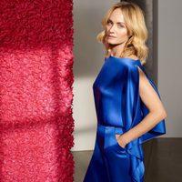 Amber Valleta con vestido azul de la colección de primavera/verano 2018 de Escada