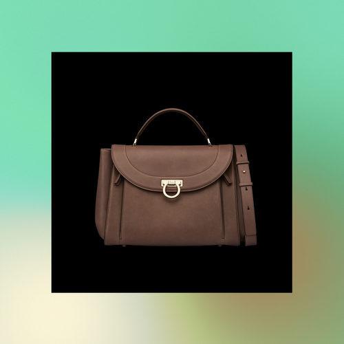 Bolso marrón frontal de la colección Pre-Spring 2018 de Salvatore Ferragamo
