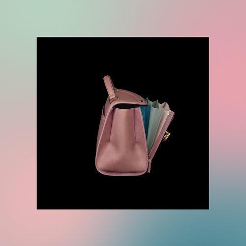 Lateral del bolso rosa de la colección Pre-Spring 2018 de Salvatore Ferragamo