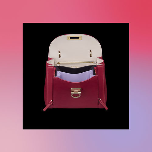 Frontal abierto del bolso rojo de la colección Pre-Spring 2018 de Salvatore Ferragamo