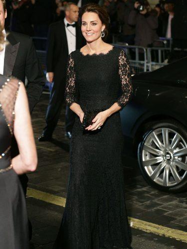 Kate Middleton con un total black en la Royal Variety Performance de Londres en 2014