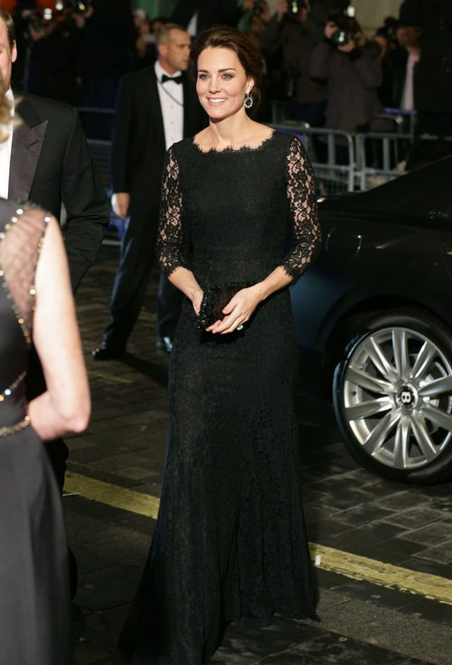 Kate Middleton con un total black en la Royal Variety Performance de Londres en 2014