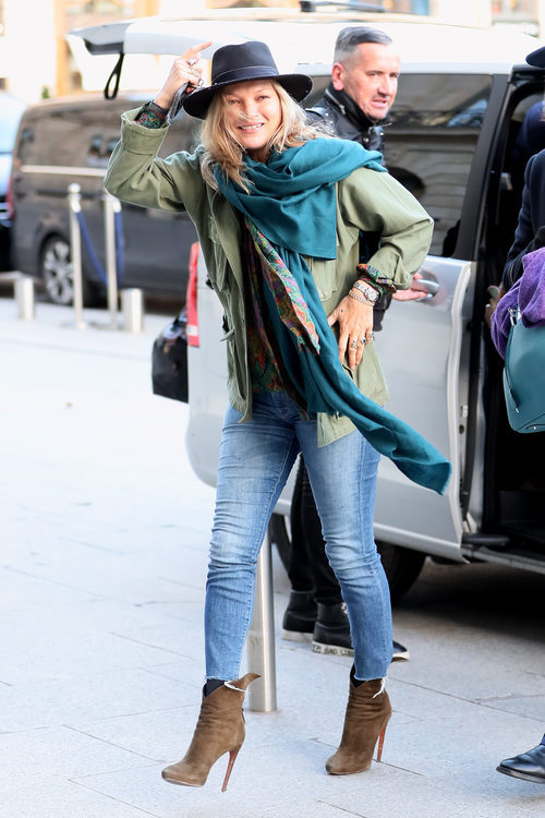 Kate Moss con un casual look a su llegada al aeropuerto de París