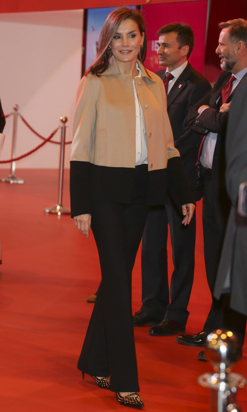 La Reina Letizia inaugurando Fitur 2018 con unos zapatos muy rockeros