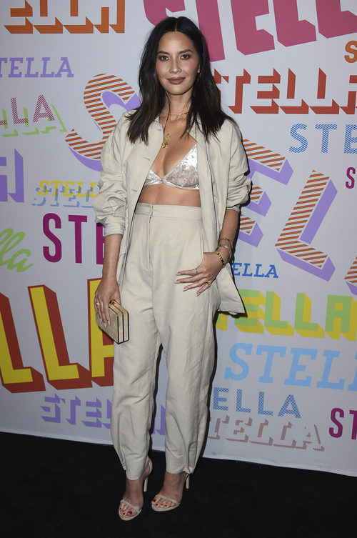 Olivia Munn con un dos piezas de Stella McCartney y bralette