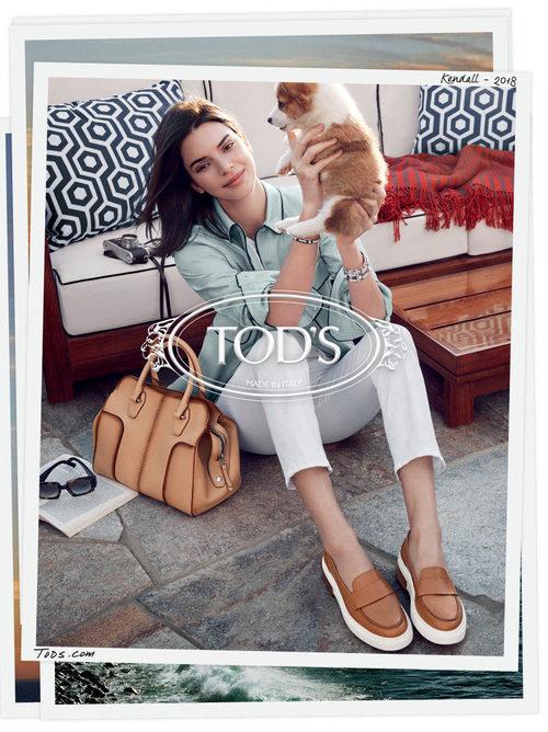 Blusa celeste y bolso marrón de la campaña primavera/verano 2018 de Tod´s protagonizada por Kendall Jenner