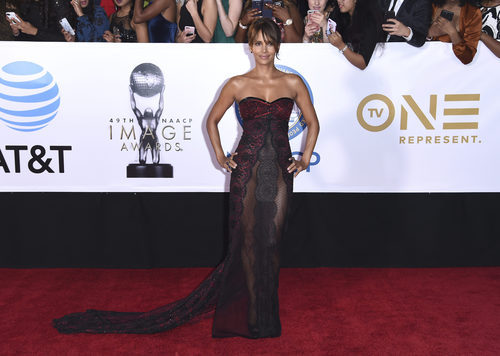 Halle Berry con un vestido de Reem Acra en los NAACP Image Awards 2018