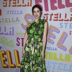 Ana de Armas con un vestido tropical en la presentación de la colección pre-fall 2018 de Stella McCartney