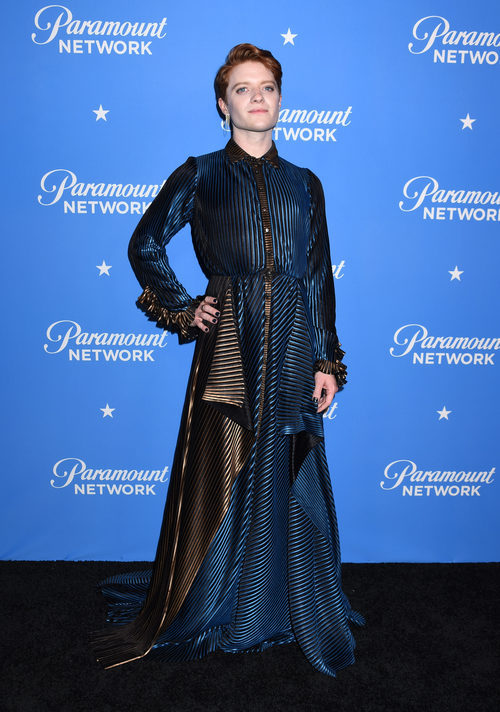 Brendan Scannell con un vestido de raso negro y azul en una fiesta de Paramount
