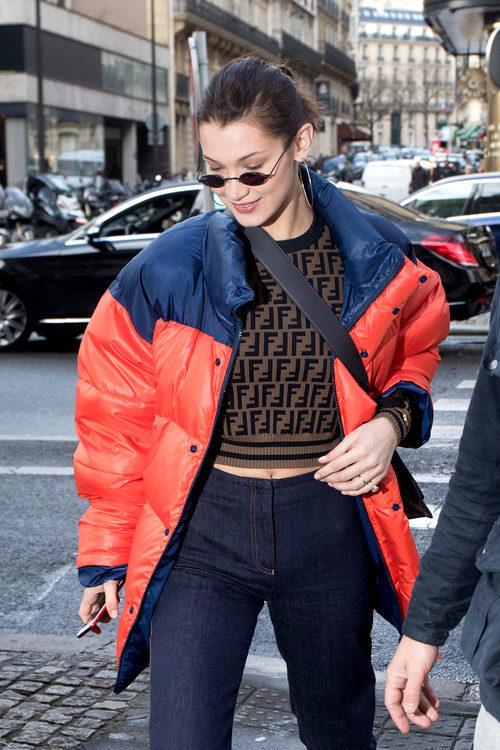 Bella Hadid con un plumas para protegerse del frío de París
