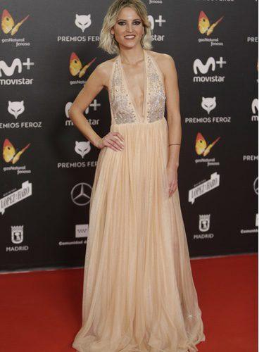 Ana Fernández con un vestido rosa palo en los premios Feroz 2018
