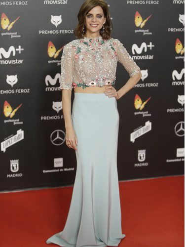 Macarena Gómez con un look de dos piezas celeste en los premios Feroz 2018