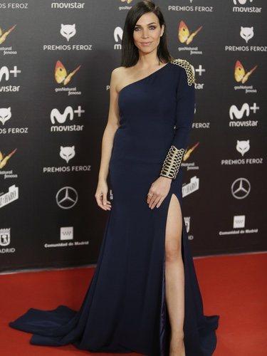 Nerea Garmendia con un vestido azul marino con detalles dorados en los premios Feroz 2018
