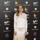 Ángela Cremonte con un vestido blanco de estampados en los premios Feroz 2018