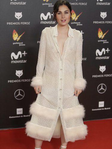 Nadia de Santiago con un vestido de botones y motas blancas en los premios Feroz 2018